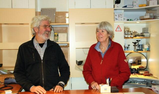 juwelier edelsmid Rob van Eck met zijn vrouw Marian achter de toonbank van hun zaak. FOTO: Asta Diepen Stöpler