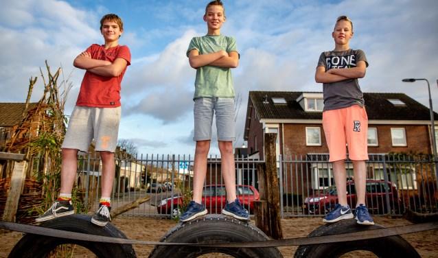 Van links naar rechts Roel, Jorn en Dorus. De drie vrienden gaan elke dag in korte broek naar school.