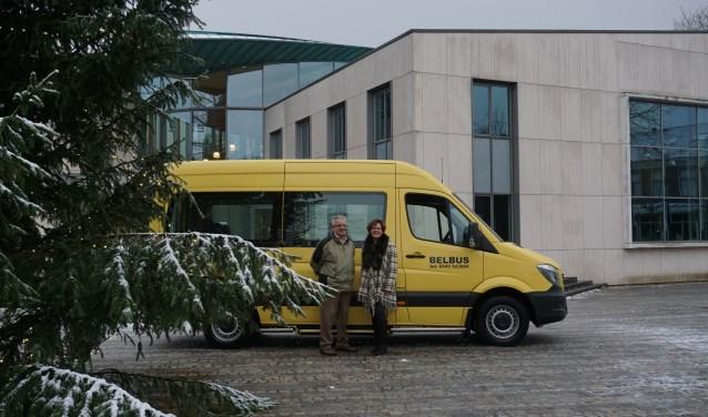 Arie van Ekeren is vrijwilliger en chauffeur bij de Belbus. Annelies Barendregt is coördinator bij de  Belbus. FOTO: Ellis Plokker