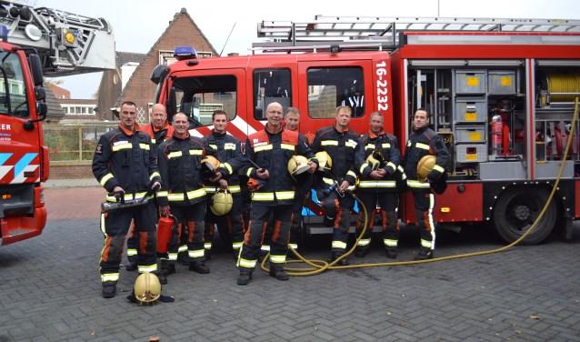 Het brandweerteam werkt ook met de jaarwisseling. Zij staan voor de  genoemde tankautospuit brandweer