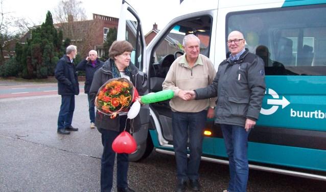 Rens en Jo Visser worden na de laatste rit bedankt door voorzitter Henk Hengeveld.