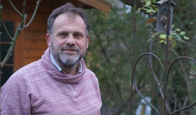 """Hans Berkheij noemt zich graag dorpspredikant: """"De predikant van iedereen, ook van niet-gelovigen."""" Hij gaat voor in de Kerstnachtdienst in de Petruskerk over 'Verbeter de wereld, maar waar moet ik beginnnen?'"""