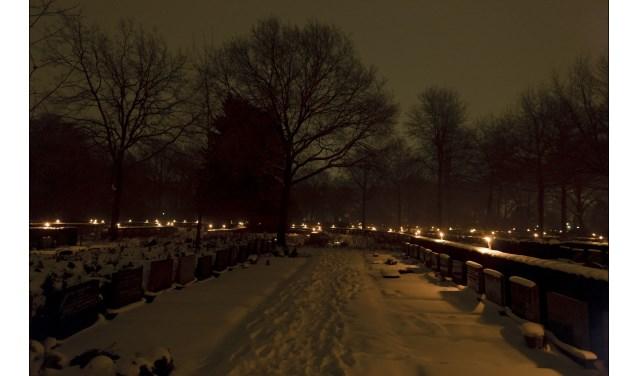 De herdenking bij de begraafplaats aan de Vriezenveenseweg is bedoeld voor iedereen die iemand verloren heeft, zowel kort als lang geleden.