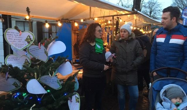 CDA'er Sarah Hess - van Lindenberg (kandidaat nr 5 op de CDA lijst) in gesprek met inwoners