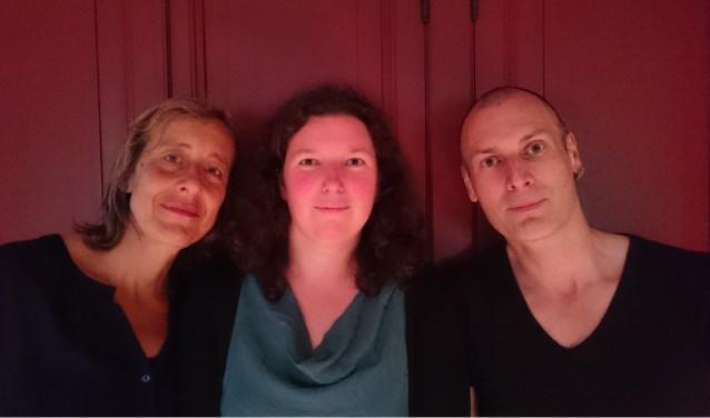 """Docenten (van links naar rechts) Cora van Rijn, Wendy Wouters en Jack van de Ven geven muziekles in het Bimlokaal. Vroeger zetelde daar de directie van de Nederlandsche Wapen- en Munitiefabriek """"De Kruithoorn"""". Foto: Douwe Korting"""