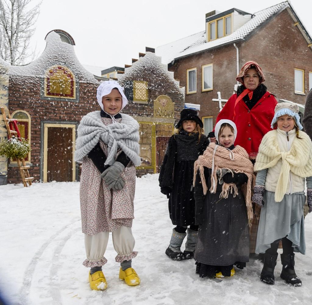 In veel dorpen wordt rond kerst de sfeer uit de boeken van Charles Dickens uitgebeeld met veel figuranten en theater. Het hoofdpersonage uit dit kerstverhaal is op zoek naar het originele boek van 'A Christmas Carol'. Foto: Ton van de Vorst.