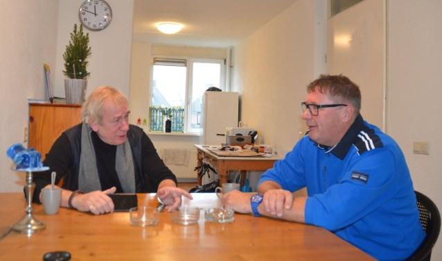 Voorzitter Rob Plessen(l) en huismeester Eric Jansen in de woonkeuken van een van de appartementen. Hier heeft Eric ook wekelijks overleg met de bewoners.