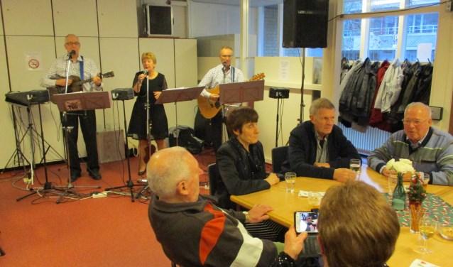 Het muzikale trio Zand, Zeep en Soda trad vorige week woensdag op bij KBO De Goede Herder aan de Isidorusstraat in 't Zand.