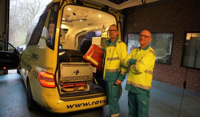 Ruud Blakenburg en Ron van Stam bij een van de ambulances. Ze werken geregeld samen, zo ook op oudejaarsavond
