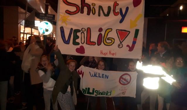 Alle demonstranten van Hockeyclub Shinty verzamelden zich op het parkeerterrein van Albert Heijn tegenover het gemeentehuis in Doorn. Daar maakten zij veel lawaai en zwaaiden met een spandoek. FOTO: Marcel Bos