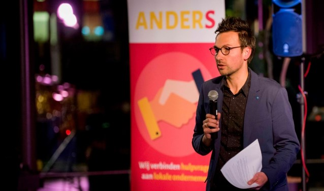 Initiatiefnemer Robert de Heer vertelt op bevlogen wijze over de visie, de doelstellingen én de resultaten van zijn Stichting Anders. (foto: Cees van der Wal)