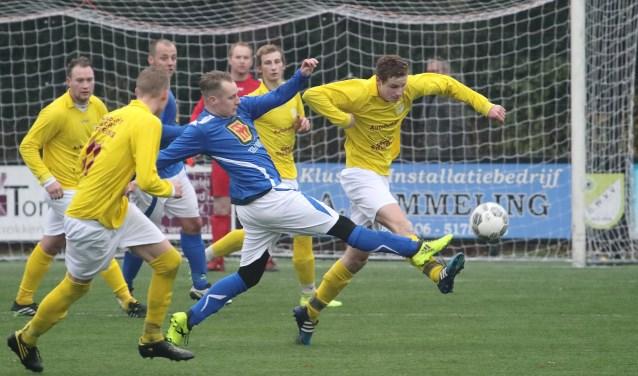 GWVV'er Lars Hendrixen verdedigt de bal uit voordat SVGG gevaarlijk kan worden. (bron; fotograaf Nico Marcus)