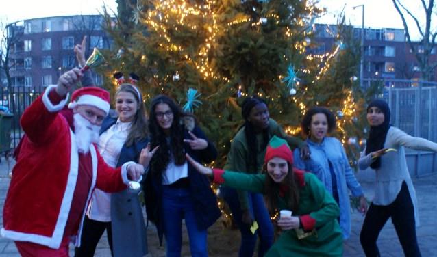 Op vrijdag 8 december worden kerstbomen opgetuigd en lichtjes ontstoken op het schoolplein van HPC Charlois. Tijdens het Kerstevent zamelen zij geld in voor 'De Stichting Jarige Job'.