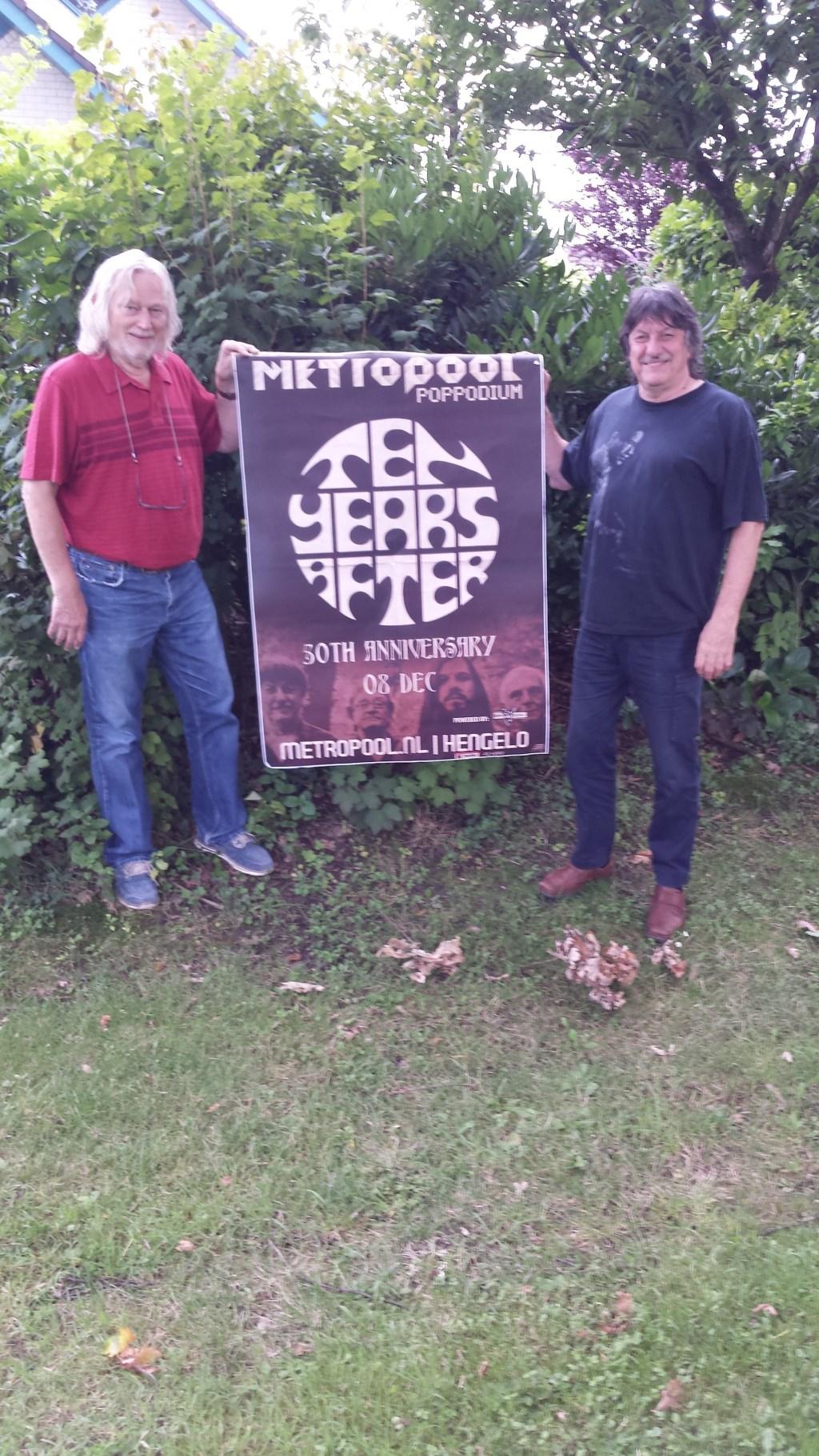 Foto: Pel Kotkamp ( initiatienemer Hengelo 60 Revival ) en Ric Lee ( drummer van Ten Years After.)