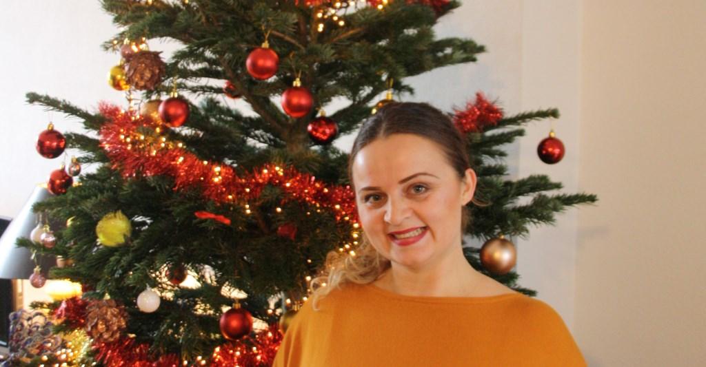Jagoda Pavleska voor de kerstboom in de woonkamer Foto: Astrid van Walsem © Persgroep