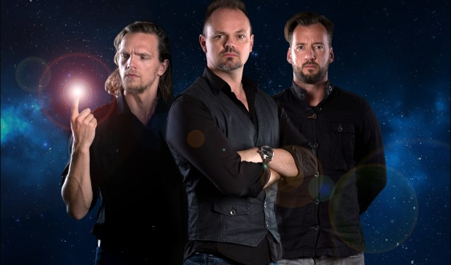 Ruud Smulders, Silvester Zwaneveld en Emiel de Jong nemen het publiek in Oldenzaal en Almelo mee tot buiten de dampkring in waarschijnlijk de allereerste science fictionvoorstelling in de Nederlandse theaters.
