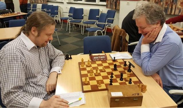 De schaakmatadoren Hofstra (links) en Markering kon wel lachen om het resultaat. (foto: Rinus van der Molen)