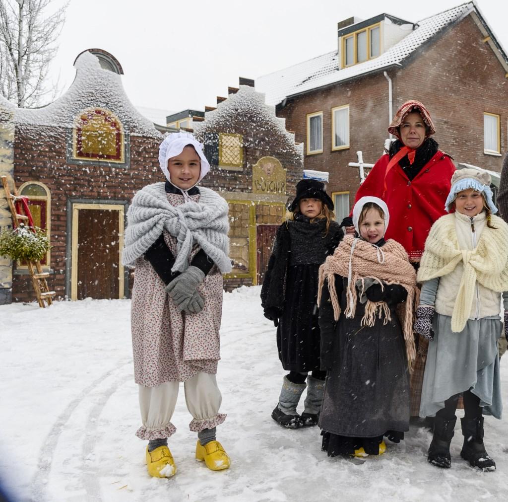 In veel dorpen wordt rond kerst de sfeer uit de boeken van Charles Dickens uitgebeeld met veel figuranten en theater. Het hoofdpersonage uit dit kerstverhaal is op zoek naar het originele boek van 'A Christmas Carol'. Foto: Ton van de Vorst