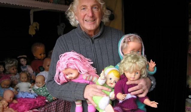Een van de nieuwste attracties is de poppendokter. Henk Harmsen laat een aantal 'patiënten' zien die in de wachtkamer wachten op een consult bij de poppendokter. (foto Gerreke van den Bosch)
