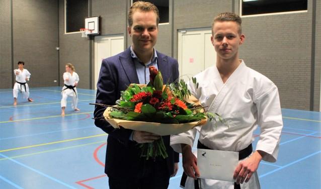 Bloemen van wethouder Pim Bouman voor voor Nederlands kampioen Karate Rick Sonnema. De Wijk en Aalburger prolongeerde zijn titel.