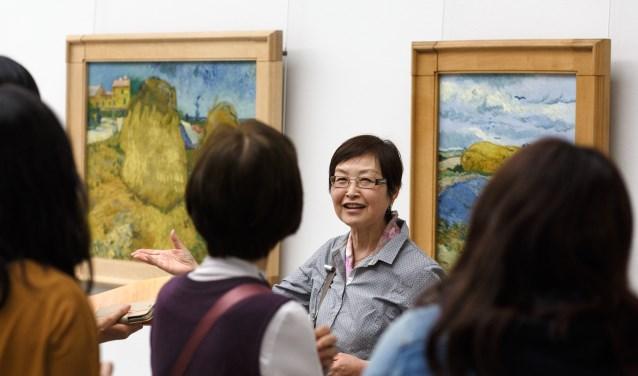 Aziatische toeristen tijdens een rondleiding langs schilderijen van Van Gogh. Foto: Kröller-Müller Museum
