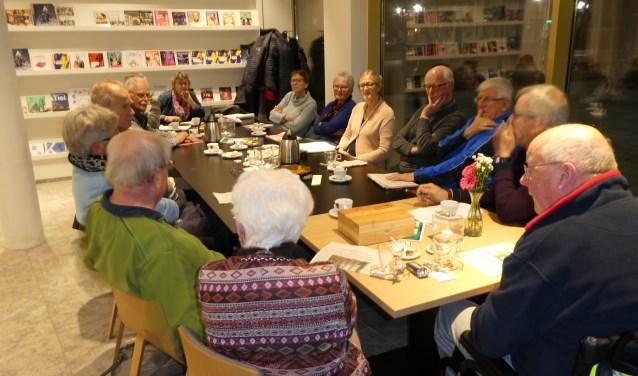 Een volle tafel tijdens de tweede editie van Kerk en Krant.(Foto: Rob Hirschmann)
