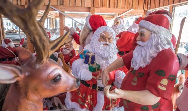"""Rendieren en kerstmannen in Winterworld. De opbouw ging dit jaar sneller dan vorig jaar. """". """"We hebben vooral in praktisch opzicht veel geleerd"""", zegt beheerder Michael van de Velde. (foto: Frans Paalman)"""