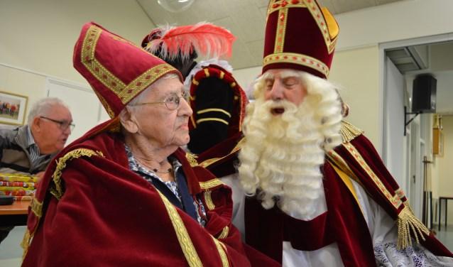 Volgens sinterklaas is de 99-jarige Marie de Natris-Suijkerbuijk een prima hulpsint.