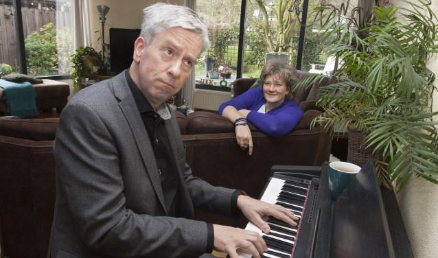 De in Bennekom wonende Lars Hogendoorn brengt tijdens Muziek bij de Buren zelfgeschreven kleinkunstliedjes. Vooral licht van toon en maatschappijkritisch. Hij zingt ook een smartlap. Angelique Dijkers stelt daarvoor haar woonkamer beschikbaar. (Foto: Betty van de Bunt).