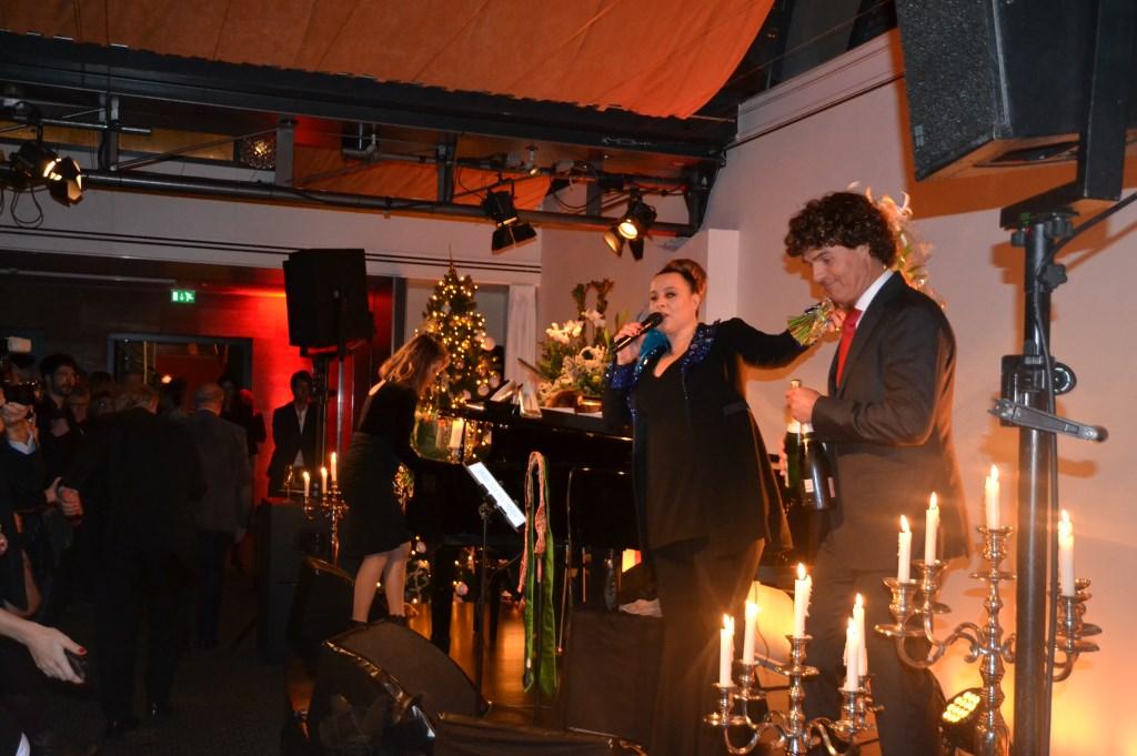Ralph Meppelder, directeur van Kasteel de Wittenburg feliciteert Trijntje met haar mooie optreden  © Persgroep