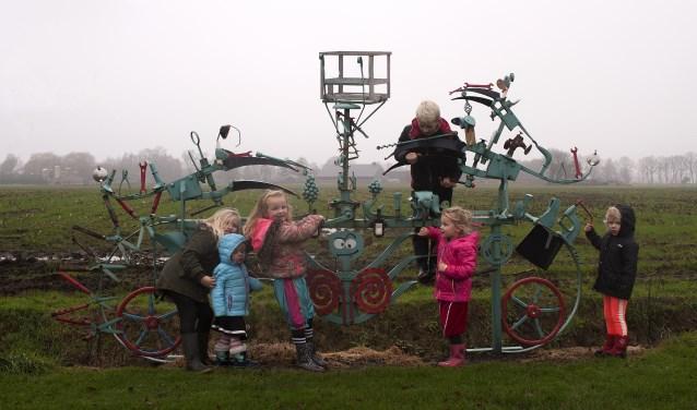 Op het Melissenpad staan kunstwerken. Kinderen kunnen sommige in beweging zetten door ergens aan te draaien of door erop te gaan fietsen. (Foto: Hetty Heijne)