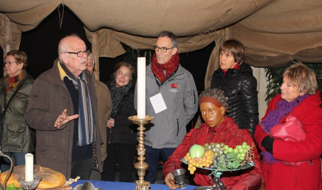 Frans Sluijter instrueert de vrijwilligers van de kerststal om de bezoekers optimaal van informatie te kunnen voorzien.