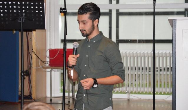 Iraanse vluchteling Yoones was aanwezig bij de kerstvieringen op Scala Rietvelden om zelf zijn verhaal te doen over onder meer vluchtelingenkamp Kara Tepe.