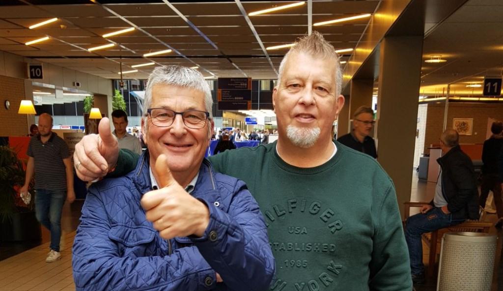 De broers Harry (links) en Gerrit Oelen, voor de ingang van het ziekenhuis in Groningen. Ze hebben net gehoord dat de transplantatie door kan gaan. Foto: familie Oelen