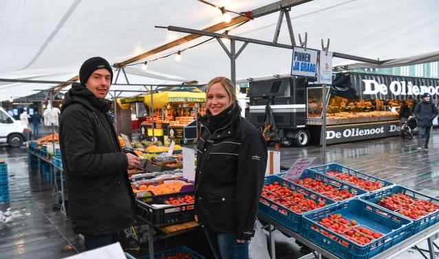 Marktmeester Anne-Marie Boeren in gesprek met een koopman op de dinsdagmarkt in het centrum van Eindhoven. Foto: Bert Jansen