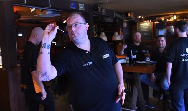 Darts is populair in Café Kafé en helemaal aan het einde van het jaar, als het WK darts op tv veel kijkers boeit. (foto: Roel Kleinpenning)