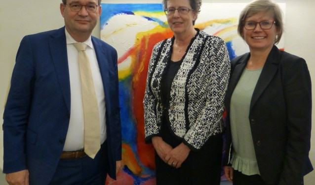 Bestuurders Jos van Nunen van Juzt, Ineke Strijp van GGZ WNB en Brigite van Haaften van SDW (v.l.n.r.) zien veel voordelen in de zorgcombinatie 'Samen deskundig' voor gemeenten van West-Brabant West.