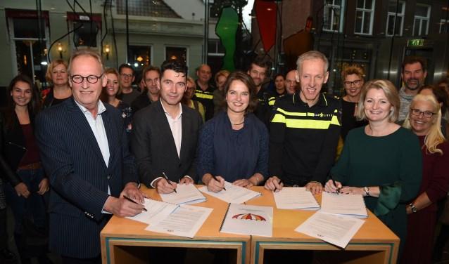 Jan Timmers van scholenkoepel Signum, wethouder Eric Logister, Monique van Tilburg van de GGD, politiechef Gé Bouwhuis en Minnelaine Verhoeckx van Bureau Halt tekenden.