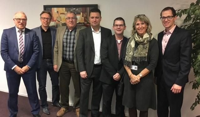 Op de foto van links naar rechts de wethouders Eef Schoneveld (Moerdijk), Lars van der Beek (Woensdrecht), Cor van Geel (Steenbergen), Ruud Dijkers (lid Raad van Bestuur van TWB), Corne van Poppel (Roosendaal), Yvonne Kammeijer (Begren op Zoom) en Martien de Bruijn (Rucphen).