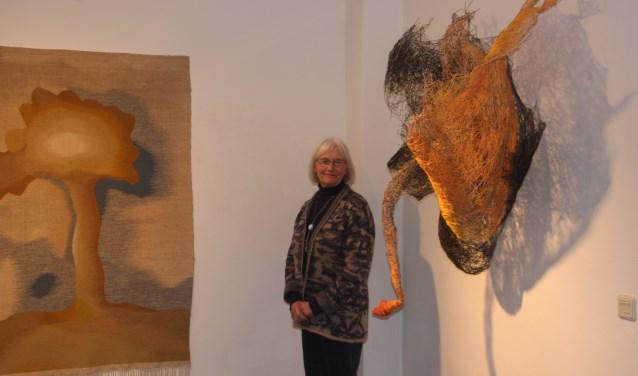 Hannie Niessen bij een van de fraaie kunstwerken in Hof 88