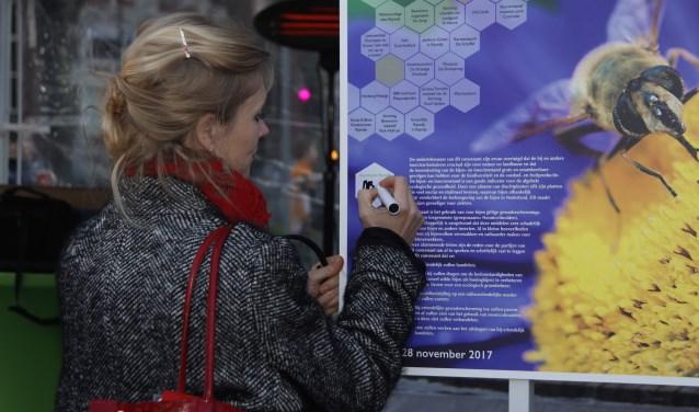 Wethouder MarlMarloes Borsboom ondertekent bijenconvenant