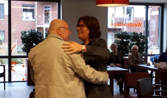 Foto boven: Henk Klompenmaker en Mick Woerabanan strooien hun klanken over de ouderen heen.Foto onder: Wethouder Eefke Meijerink geniet van de levensverhalen van ouderen.