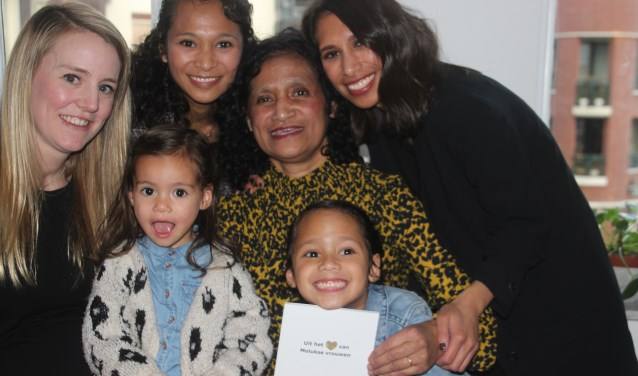 Judith showt vol trots haar boek temidden van haar dochters, kleindochters en schoondochter
