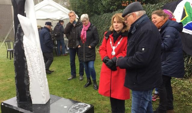 Burgemeester Marieke Moorman bekijkt het beeld voor Nelson Mandela samen met kunstenaar Hans van Uden. Die maakte de sculptuur ter plekke, om de bewoners als eigenaar te betrekken.