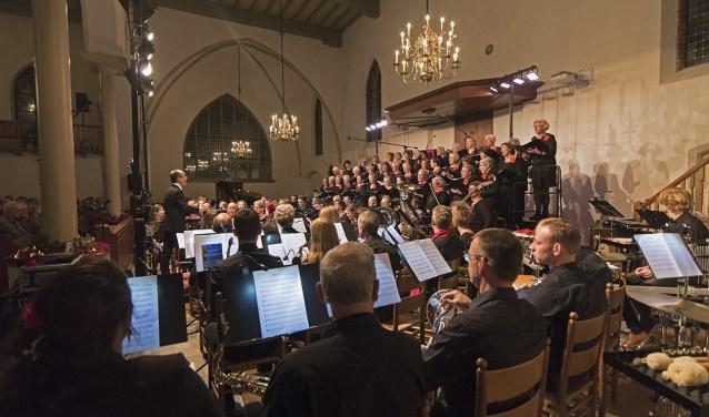 Een prachtige, sfeervolle muziekavond door Vrouwenkoor Phoenix en Harmonie Orkest Brummen