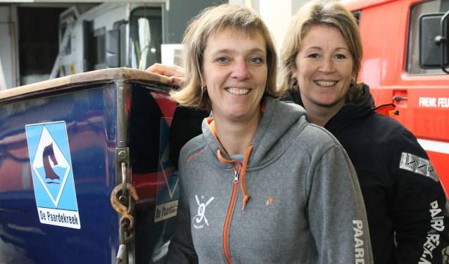 """Marieke en Petra bij de pas geschilderde boot: """"Roeien in Venetië was echt superleuk.""""FOTO: LEON JANSSENS"""