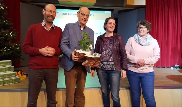 Het team van de werkgroep Groene Kerk met de groene publiekstrofee.