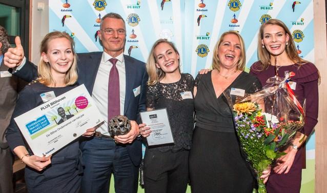 Gert Smit van de Plus Supermarkt Bilthoven is door de jury gekozen tot 'De Biltse Ondernemer van het Jaar'. Op de foto Gert Smit met zijn vrouw en dochters. FOTO: Hans Lebbe