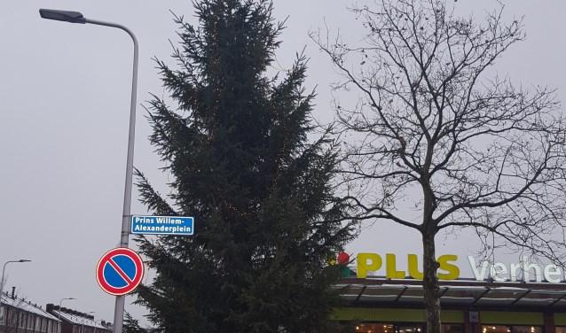 Hét gespreksonderwerp van de stamtafel in Benthuizen: de grote kerstboom in het winkelcentrum. Wie heeft de boom neergezet en wat heeft het gekost?