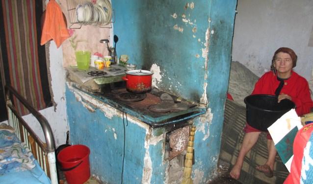 Eén van de thuiszorgcliënten in haar huis in Straseni